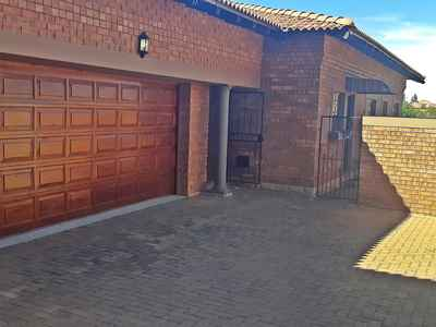 3 Bedroom Apartment To Rent In Bloemfontein - gallery_image1.jpg