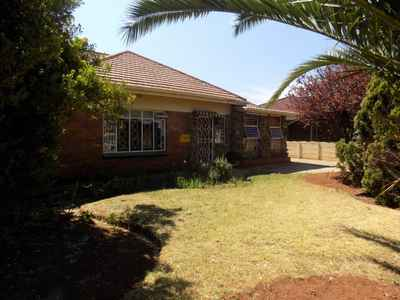 3 Bedroom House To Rent In Brenthurst - gallery_image1.jpg